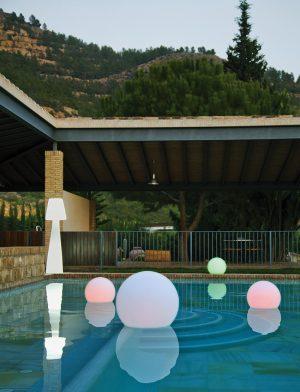 Plovoucí Tuby Light od New Garden ve vodotěsné variantě je ideální k dekorativnímu osvětlení bazénu. Průměr 35 a 40 cm, teplé, studené i barevné (RGB) LED světlo. Tvrzený plast, cena od 2000 Kč/ks. JV POHODA
