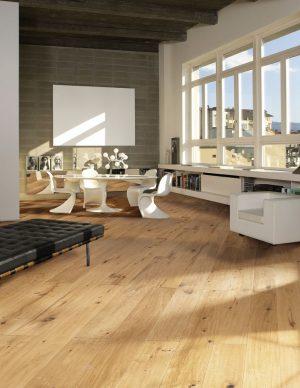 VÍCEVRSTVÁ KRYTINA KÄHRS z kolekce Supreme Grande, dekor Dub Casa. Podlaha s jednolamelovým, velmi rustikálním ručně škrábaným vzorem má povrch ošetřený přírodním olejem. Pokládka lepením v peru a drážce, nebo celoplošně. Formát 280 x 26 x 2 cm, cena 2 965 Kč/m2. KRATOCHVÍL PARKET PROFI, www.kpp.cz
