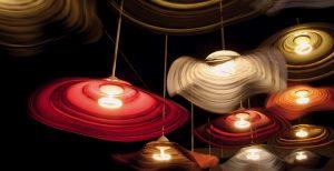 ROZEVLÁTÉ SUKNĚ tanečnic inspirovaly novou kolekci Les Danseuses, která poutala pozornost v expozici ARTEMIDE. www.artemide.com