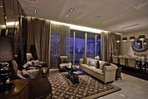 Sedačka v obývací části hlavního prostoru, stejně jako ostatní interiérové zařízení, je inspirovaná dekorativním stylem art deco