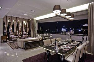 Interiér nepostrádá jistý romantický půvab, který mu dodává množství skleněných ploch, zrcadlení a odlesků umocněných snivou fialovou barvou