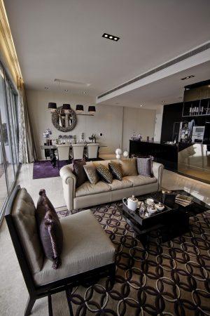 V obývacím pokoji prostorného apartmánu převládá fialová barva doplněná stříbrošedou a černou. Zvolená kombinace působí až mystickým dojmem