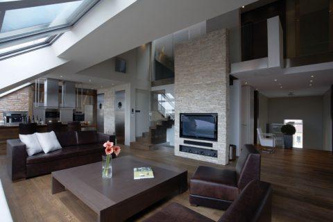 Byt nad střechami pražských domů umožnil vytvořit jisté soukromí pro jeho majitele a zároveň zachovat celkovou otevřenost vůči okolnímu prostředí