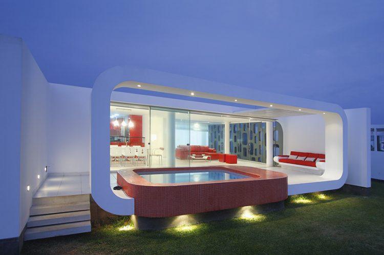 Celá společenská místnost je zepředu a z pravého boku krytá pouze posuvnými skleněnými stěnami. Jejich účelem je možnost rychlého propojení vnitřní společenské části domu s terasou.