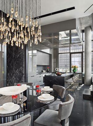 Architekti odstranili příčku oddělující kuchyni a vytvořili jeden velký prosvětlený prostor, určený pro společenský život majitelů. Jednotícím prvkem je v interiéru mramor, použitý na podlahách a částečně i na stěnách.