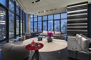 Nejatraktivnější místo v apartmá je trojúhelníková společenská místnost, která jako příď lodi proniká do prostoru plného světel velkoměsta. Majitelům dává pocit, jako by se vznášeli nad ulicemi New Yorku.