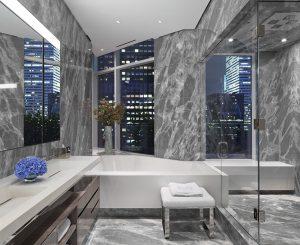 Koupelna v sobě spojuje chlad kamene, skla, nerezové oceli a zatepleného povrchu dřevěných skříněk. Okny prostupují dovnitř věže Manhattanu, které se odrážejí ve velkých zrcadlech.