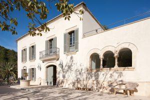 Venkovská rezidence prošla rozsáhlou rekonstrukcí a nyní nabízí 690 m2 obytné plochy v hlavním domě a samostatném domě pro hosty.