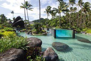 Laucala nabízí neuvěřitelnou vodní soustavu bazénů, rybníků, kaskád a vodopádů, která nemá na žádném jiném ostrově obdoby. Největší vodní ploše o rozloze 18 300 m2 dominuje integrovaný celoskleněný bazén.
