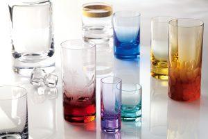 KLASICKÝ WHISKY SET navrhl už v roce 1968 výtvarník Oldřich Lípa. Kolekci, která stále patří k nejoblíbenějším, tvoří sklenice na vodu, whisky, džus či míchaný nápoj. Je k dispozici v mnoha různých variantách a dekorech. Cena od 470 Kč/ks. MOSER, www.moser-glass.com