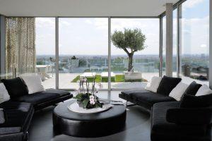 Nízký stolek a pohovky v černé v přijímacím salonu asi o sto metrech čtverečních jsou od společnosti B&B Italia