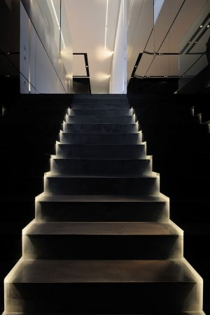Působivé (a bezpečné) nasvícení černého schodiště, vedoucího do horní společenské zóny z intimní části domu