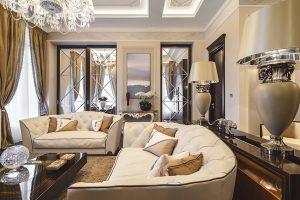 Sedací nábytek z broušeného semiše byl vyroben přímo na míru obytnému prostoru podle návrhů designérů NG studia. Se svým typickým prošíváním do kosočtverců a tmavým prokreslením švů prozrazuje inspiraci stylem art deco.