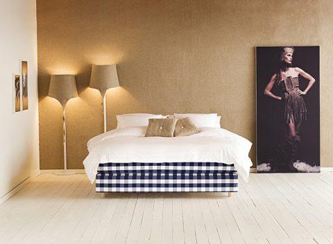 POSTEL AURORIA  má stabilní rošt s dřevěným rámem a bonellovým pružinovým systémem, poskytuje tak perfektní základ a pohodlí. Kapsičkové pružiny v látkových pouzdrech dokonale podepírají tělo. Vybírat můžete z 11 barev čalounění, každé má určenou barvu bočního štepování, pečlivě sladěnou s designem postele. Cena od 199 000 Kč.  HÄSTENS, www.hastens-postele.cz