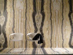 Luxusní přírodní onyx ve formě velkoformátového obkladu zaujme výrazným žilkováním a krásnou barvou desky. Cena od 29 990 Kč/m2. LOS KACHLOS, www.loskachlos.cz