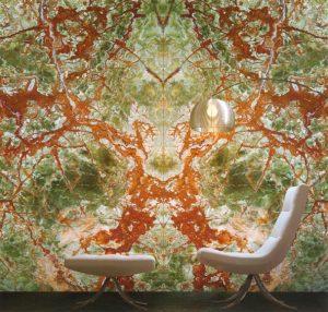 """PROSVĚTLENÁ STĚNA ze vzácného Onyxu Green vnáší do interiéru dotek exkluzivity. Formáty od 100 x 80 cm až 250 x 150 cm, možná je instalace takzvaně """"do knihy"""" ze dvou nebo čtyř desek. Tloušťka 2 cm. Cena 7 245 Kč/m2. KÁMEN DROZD, www.mdrozd.cz"""