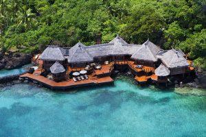 Overwater Villa se dvěma ložnicemi nabízí bohatý venkovní prostor na víceúrovňových terasách nad mořem. Impozantní nekonečný bazén, venkovní sprchy, k vile náleží rovněž soukromé molo.