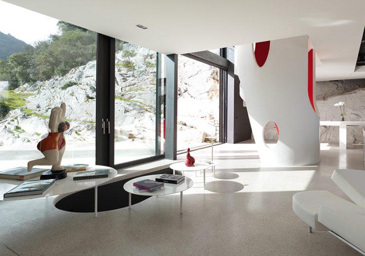 Tvarosloví a barvy interiéru evokují období pop artu. Socha plavkyně je inspirovaná dílem známé francouzské sochařky Niki de Sain Palle, která tvořila jak ve Spojených státech, tak v Evropě.