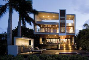 Rezidence o třech nadzemních podlažích je jako stvořená pro relaxaci u moře. Ustoupené přízemí oproti hmotě 1. a 2. patra vytváří krytý vstup a místo pro venkovní jídelnu.
