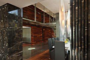 Vedle skleněných stěn tvořících plášť budovy směrem k moři je tento transparentní materiál využit také na schodišti, galerii a zábradlí, které ji ohraničuje. Denní světlo prostupuje těmito plochami a umocňuje pocit světlosti a vzdušnosti.
