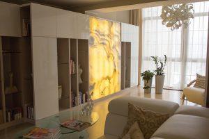 Podsvícením onyxové desky lze dosáhnout velice zajímavých efektů. Cena 2cm desky se podle typu materiálu pohybuje od 15 000–35 000 Kč/m². PRAŽSKÝ KÁMEN