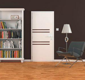 PROUŽKY VLÁDNOU DVEŘÍM. Důkazem toho je model Presi v bílé barvě, doplněný o proužky či čtverečky. Jejich umístění na ploše může být horizontální i vertikální v různých dezénech dřevin. Cena od 2 408 Kč.  SOLODOOR, www.solodoor.cz