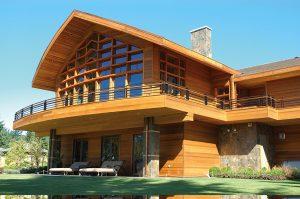 Červený cedr je mezi dřevinami nejlepší izolant. Při aplikaci na provětrávanou fasádu hraje důležitou roli při zajištění nízkoenergetických parametrů obytných staveb. Cena od 1 250 Kč/m² materiálu. PECHAR
