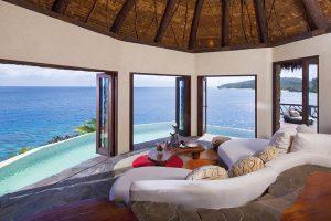 Peninsula Villa se nachází na vlastním poloostrově, samostatný pavilon s ložnicí a obývacím pokojem je posazen přímo na útesu. K vile náleží unikátní dřevěné schodiště (84 schodů).