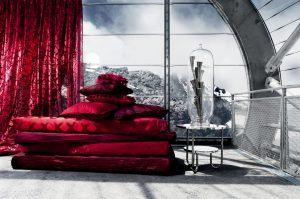 JAB ANSTOETZ se řadí mezi nejluxusnější značky  bytového textilu na světě. Tato značka je určena pro nejnáročnější zákazníky. Látky okouzlí neotřelým designem a prvotřídní kvalitou, vzory jsou laděny do několika barevných témat. Látka na obrázku je z kolekce Red Desire. Cena od 2 900 do 6 800 Kč/bm (podle typu). PETROŠ INTERIÉR, www.petros-interier.cz