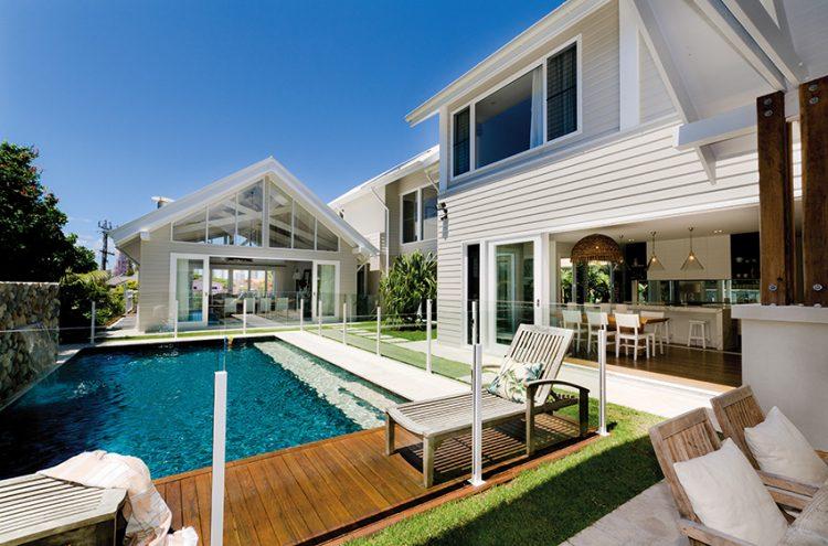 Třípatrová rezidence je postavena ve svěžím, energickém duchu a vyzařuje spoustu pozitivní energie. Na první pohled konvenční fasáda ukrývá moderní interiér.