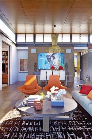 Mohutná polstrovaná křesla, připomínající svým designem tvorbu dánského architekta Finna Juhla, jsou nepřehlédnutelným barevným akcentem společenské zóny. Neméně zajímavý je koberec s dekorem písma.