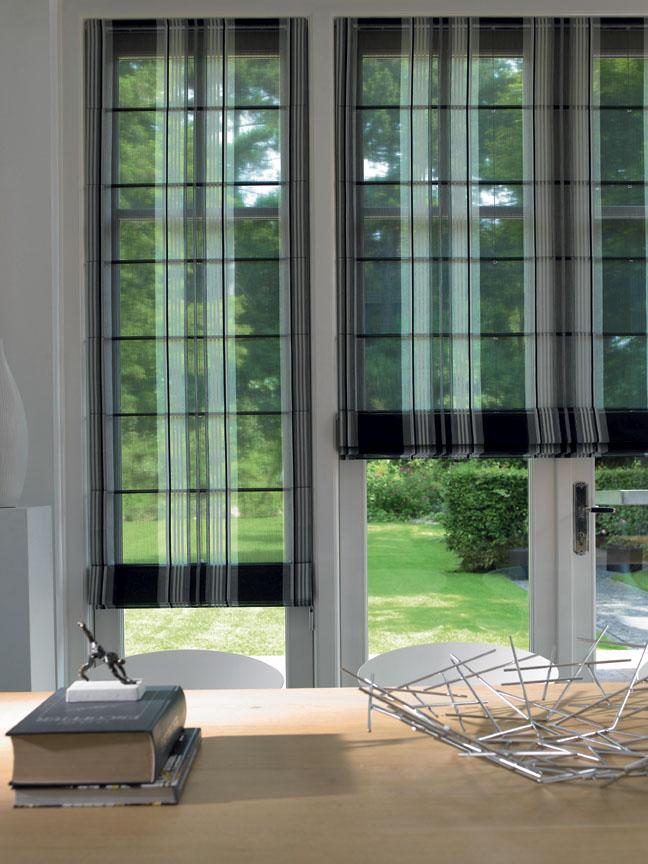 LEHOUNKÁ JAKO VÁNEK je transparentní textilie s vertikálními pruhy. Zvolená barevnost je v přírodních odstínech od barvy tmavě hnědé až po jemně smetanovou. Dodání v různých rozměrech i dle individuálních požadavků. SAUM&VIEBAHN: LINIE DESIGN STUDIO,www.liniedesign.cz