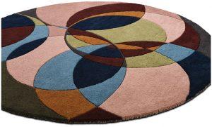 Barevně se prolínající a různě na sebe navazující kružnice povyšují koberec Evocative (průměr 150 cm) na zajímavý designový doplněk inspirovaný op-artem. Cena 11 590 Kč. BOCONCEPT, www.boconcept.cz