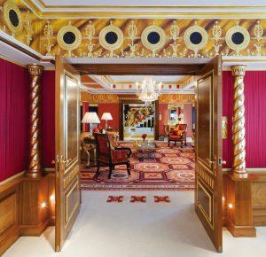 Čtyřiadvacetikarátové zlato, drahokamy, mramor, opulentní orientální barevnost. Interiér Královského apartmá v Burj Al Arab nenechá nikoho na pochybách o tom, že tady jde především o luxus a ohromující velkorysou dekorativnost.