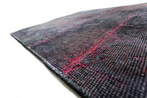 MAGMA MASHUP od Kymo představuje díky kouřově černé barvě v kombinaci s červenými textilními žílami interakci konstrastů a z ní vyplývající napětí. Koberec je v dispozici v pěti standardních velikostech, lze však vyrobit i formáty a tvary na objednávku. STOPKA, www.stopka.cz