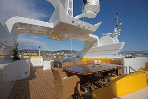 Čalounění pohodlných lavic na nejvyšší palubě je v barvě slunce. Letní atmosféru umocňují vyplétaná křesla, jídelní stůl má vrstvenou desku se skleněným povrchem. Hliníková nástavba s námořními anténami dodává jachtě futuristický vzhled