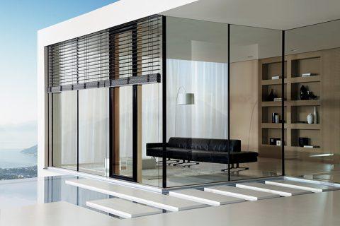 SYSTÉM PLATIN BLUE, bezrámové stěny s vynikajícími hodnotami tepelné prostupnosti. Štíhlé dřevohliníkové rámy ovlivňují vnitřní i vnější vzhled, doplněno posuvnými dveřmi s těsností 900 Pa. Cena od 14 000 Kč/m2. FIALA JOSKO PARTNER