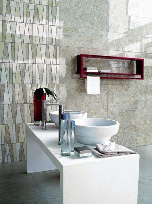 BAREVNÝ AKORD přírodních tónů umocňuje radiátor Montecarlo jasně červené barvy. Vedle dekorativního efektu je praktický, slouží jako police a věšák na ručníky. Design Peter Jamieson, topné těleso je vyhřívané vodou. Rozměr je 80 až 120 cm. TUBES RADIATORI: AQUA TRADE