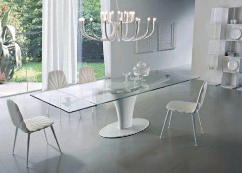 ROMANTICKOU náladu v interiéru umocní stůl Spin od značky Ciacci. Autorem designu je Marcello Ziliani. Desku tvoří 12 mm silné temperované sklo, hliníková kostra může být v různém barevném provedení. Cena 149 500 Kč. Sestavu doplňuje židle Rays 1816 v ceně 8320 Kč. RESIDENZA KLER