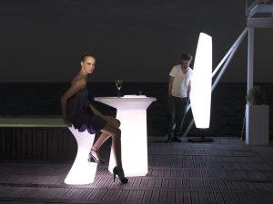 DESIGNOVÁ ZAHRADNÍ LAMPA Blanca je vyrobena z tvrzeného plastu. Rozměr 45 x 50 x 220 cm, výrobce Vondom. Cena se odvíjí od typu osvětlení a pohybuje se od 52 000 Kč. Na obrázku se stolkem a židlí Moma High od téhož výrobce. JV POHODA, www.jvpohoda.cz