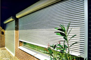 Masivní předokenní hliníkové rolety, v provedení pro velká okna. Možnost napojení na centrální zařízení. MARON