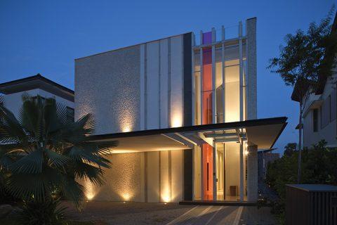 Velkolepá iluminace propůjčuje domu další rozměr. Jakmile se setmí, čidla automaticky rozsvítí fasádní osvětlení. Systém je také možné dálkově ovládat pomocí telefonu nebo panelu uvnitř domu.