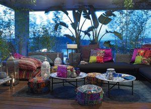 Krytá terasa je zařízená v marockém stylu. Tady vládnou pestré barvy, polštáře, dekorace, a hlavně klid a pohoda. Masivní pohovku Victor navrhl Eric Küster
