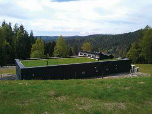 Plochá střecha domu v nadmořské výšce 800 m je na přání majitelů osázena suchomilnými trávami a bylinami s příměsí rozchodníků. Orientační cena od 4 000 do 5 000 Kč/m2. ACRE, www.acre.cz