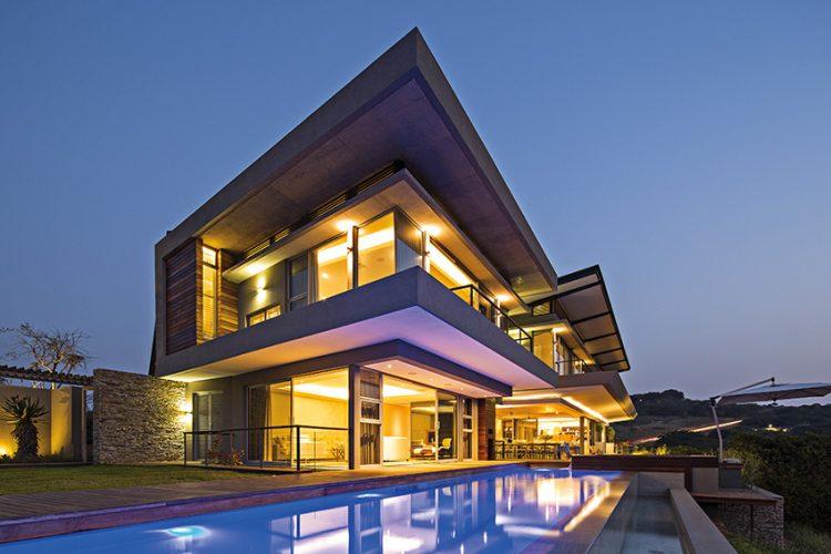 Albizia House se nachází na pobřeží KwaZulu-Natal, jedné ze sedmi provincií Jihoafrické republiky na východním pobřeží kontinentu. Nikoli neprávem je nazývána Zahradou jižní Afriky. Zde se nachází Simbithi Eco-Estate, kde bychom našli i dům Albizia House.