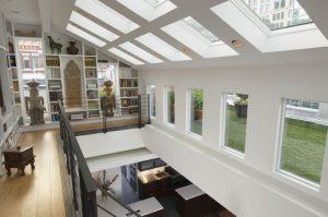 Dostatek denního světla, které se odráží od převážně bílých stěn, proudí do interiéru mnoha velkorysými okny včetně střešních, která byla do nástavby nově instalována. Tvarově a velikostí odpovídají výplním v původním objektu.