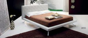 ARES má rozměr postele 117 x 225 x 31 cm pro matraci velikosti 90 x 200 cm. S úložným prostorem stojí od 63 500 Kč, bez něj od 52 500 Kč. Vybírat lze z různých variant z pravé kůže a ekokůže a z více než čtyřiceti barevných provedení. PALLADINELLI