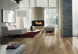 DECENTNÍ DEKOR v jemném teple šedém odstínu nabízí klasičtější alternativu rustikální podlahy. Moření dřeva je světlejší a kouřové. Projevuje se zde více barevných variací, které dekor příjemně oživují. Vícevrstvá dřevěná krytina Kährs Supreme Shine, dekor Dub Fumoir. Rozměry palubky jsou 1800 x 130 x 15 mm (nášlapná vrstva je z dubu o síle 3,5 mm). Cena 3291 Kč/m2. KRATOVHVÍL PARKET PROFI, www.kpp.cz