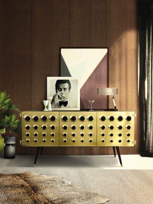 MONOCLES, komoda z masivního dřeva s leštěným mosazným povrchem představuje návrat k designu 60. let. DELIGHTFULL, www.delightfull.eu