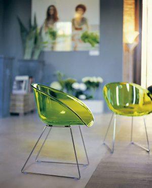 POCIT VZNÁŠENÍ evokuje moderní plastová židle Gliss 921 na ocelové podnoži ve tvaru saní s transparentním sedákem v několika různých barvách: průsvitné zelené, červené, oranžové, čiré nebo kouřové. Cena 3204 Kč.  PEDRALI: DESIGN MANIA, www.designmania.cz